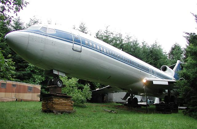 O homem que vive no bosque em um Boeing 727