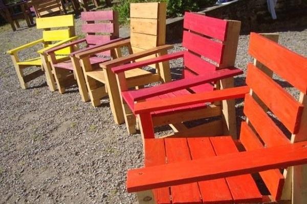 Velhos pallets reciclados se tornam cadeiras coloridas e espreguiçadeiras
