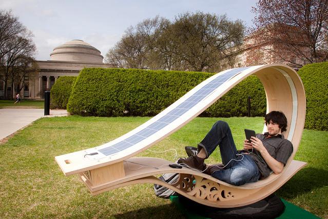 Espreguiçadeira solar para navegar na internet com toda comodidade
