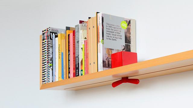 Prateleira ajustável com suportes para livros