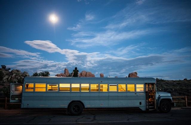 O ônibus escolar que se torna uma casa móvel