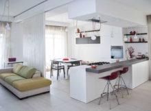 cozinha aberta é separada da sala por um balcão