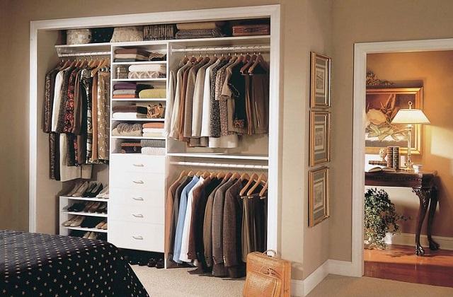 Usufruindo o espaço de um guarda roupa embutido