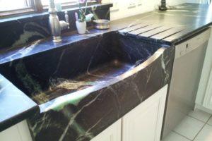 A pia de pedra na nossa cozinha