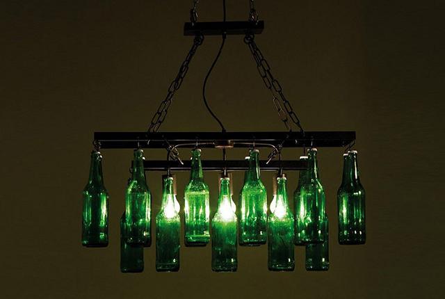 Lustre feito com garrafas de vidro