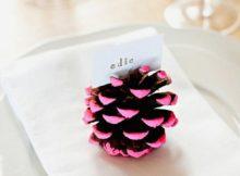 Usando a pinha como marcador de lugar na mesa de Natal
