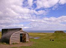 Lindisfarne: A ilha onde as casas são feitas com barcos velhos de pesca