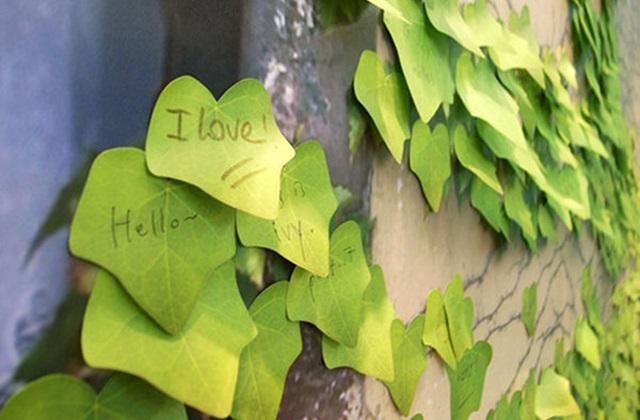 Um bloco de notas com uma folha de hera