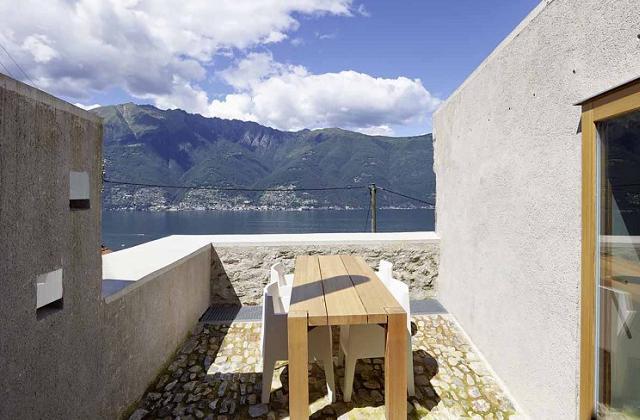Uma casa com pedras com dois andares superiores