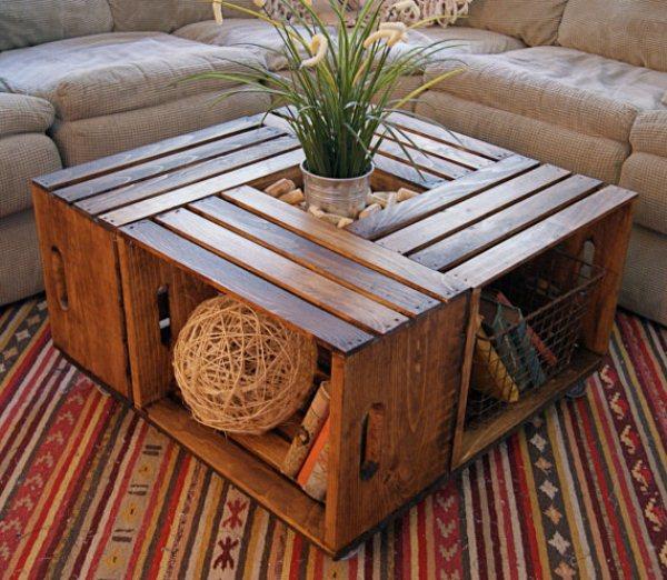 Como criar uma mesinha conveniente para a sala de estar com caixas de madeira velhas