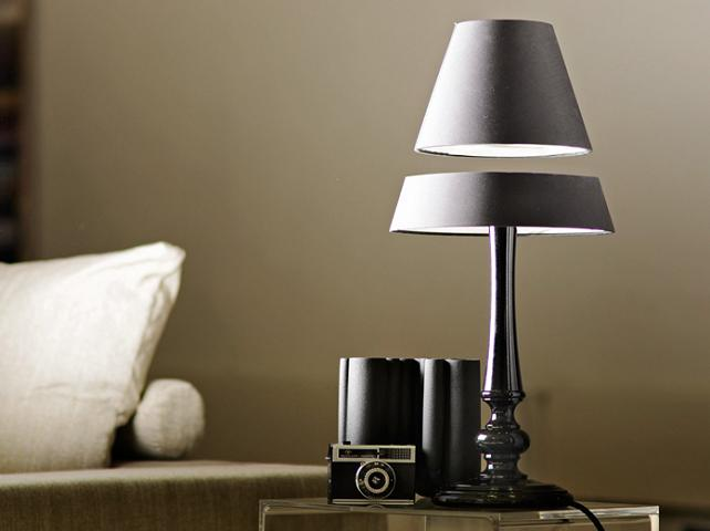 A lâmpada sem fio que flutua no ar