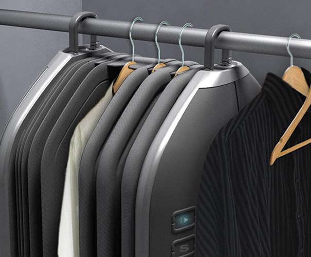 Jaquetas e camisas são colocadas nos cabides