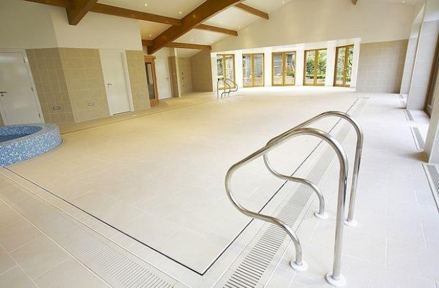 A piscina escondido que parece chão