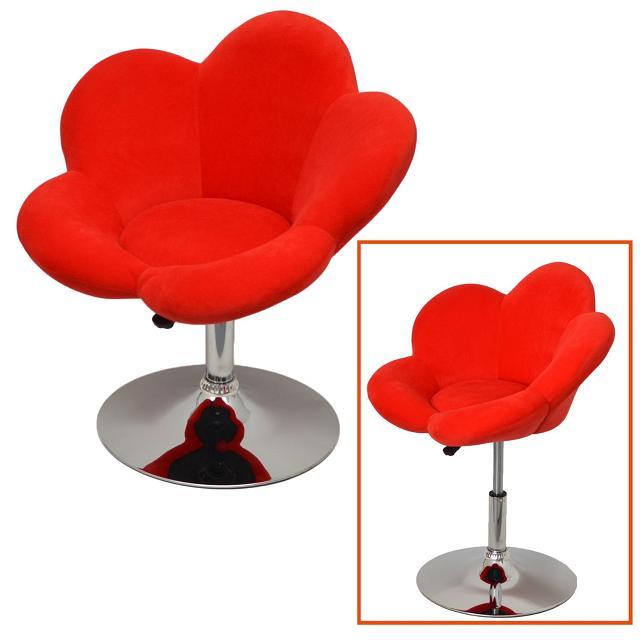 A cadeira é revestida com um tecido macio e vermelho