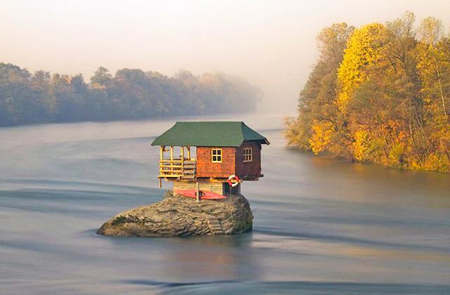 A casa que paira sobre uma rocha por 47 anos