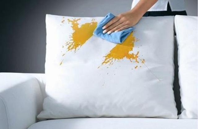 Um sofá impecável e sem manchas: como fazer?