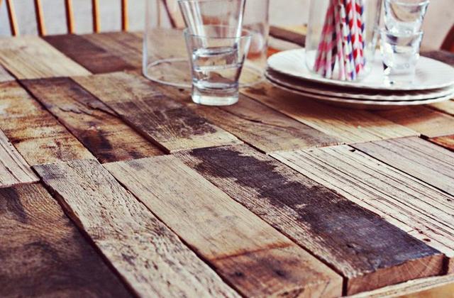 uma mesa rústica