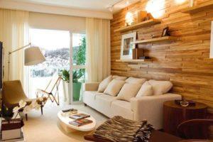 Uma casa aconchegante com paredes revestidas em madeira