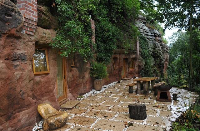 Uma caverna transformada em uma casa moderna