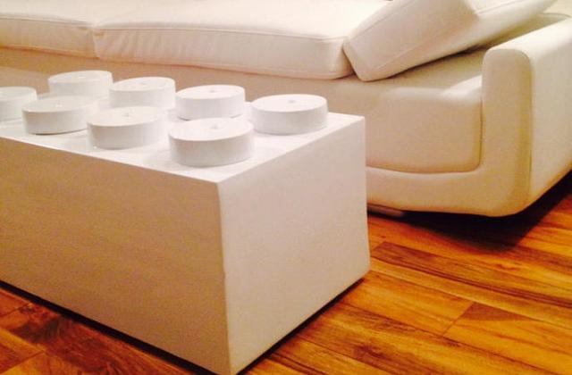 Mesinha da sala em forma de uma peça de LEGO