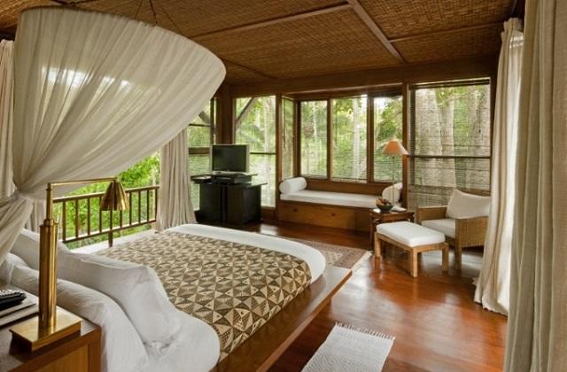 Dormir em uma confortável cama quente de madeira