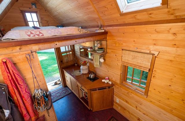as vantagens de viver em uma pequena casa de madeira. Black Bedroom Furniture Sets. Home Design Ideas