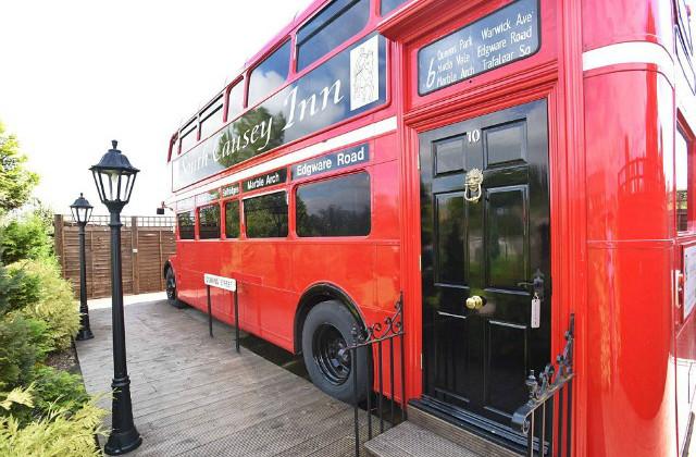 Como transformar um ônibus velho em um hotel de luxo