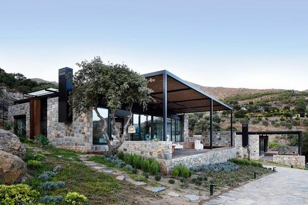 Mansão coberta de pedra: combinação entre o rústico e moderno