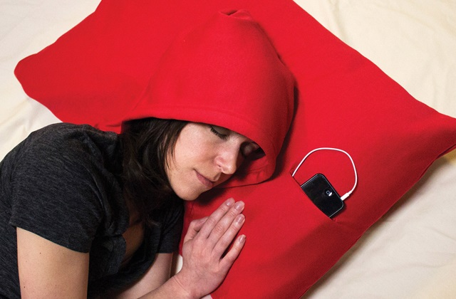 O travesseiro HoodiePillow para relaxar