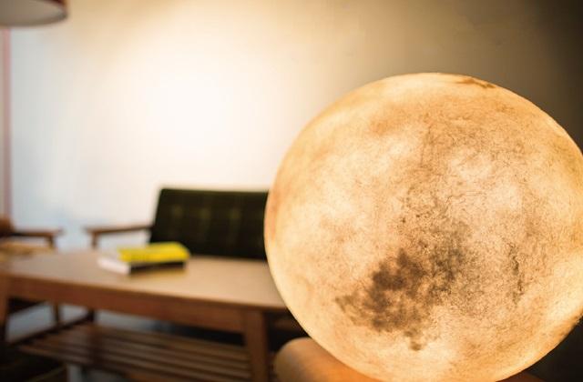 A lâmpada que leva a lua para a sua casa
