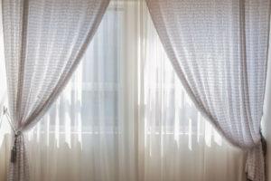 Limpe as cortinas amareladas pelo tempo
